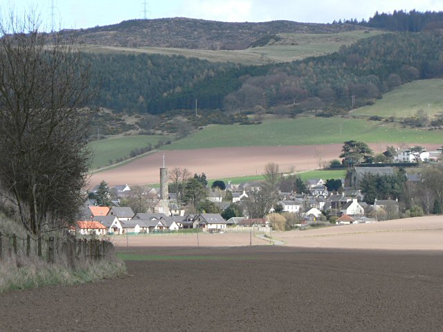 Rob Burke / Across fields to Abernethy / CC BY-SA 2.0